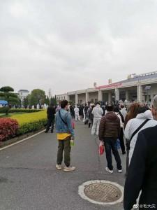 fronta lidi čekajicích na výdej urny Wu-chanu