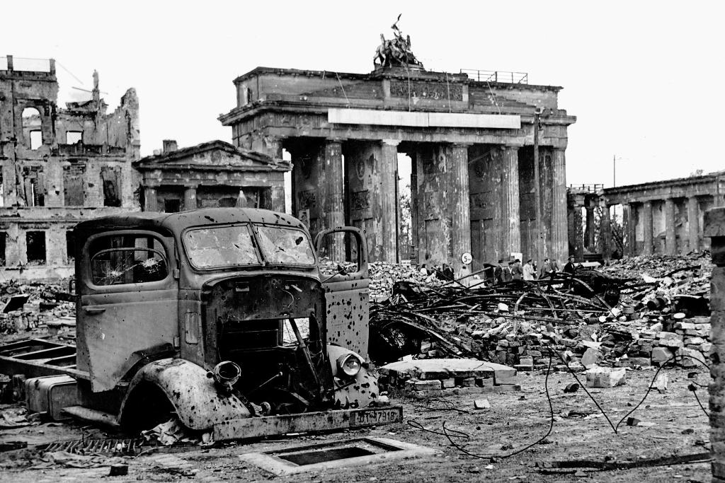Na konci druhé světové války je Braniborská brána silně poničena