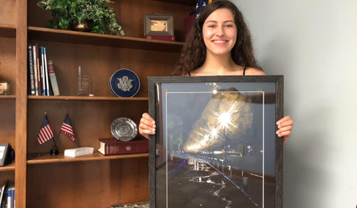 Mark Walker vyhlásil Kenzie Talhelm za vítěze letošní Kongresové výtvarné soutěže