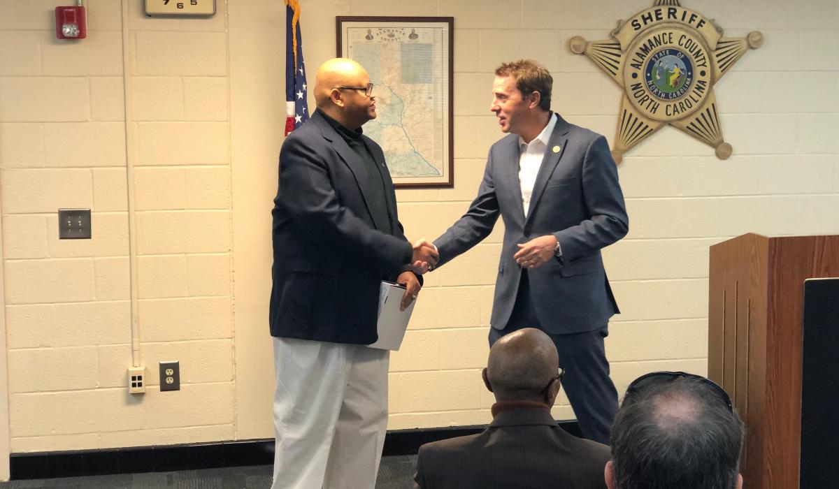 Kongresman Mark Walker oceňuje Grahama Michaela Gravese