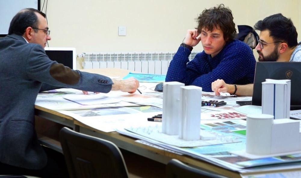 Absolventi Ázerbájdžánské univerzity architektury a výstavby dostávají maximální skóre