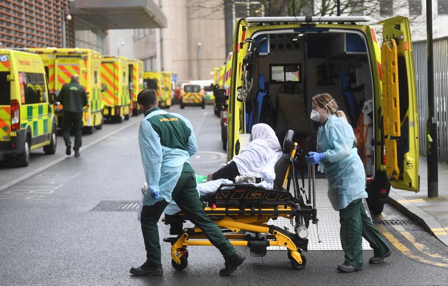 Ve Velké Británii za poslední den zemřelo na koronavirus 1564 lidí,
