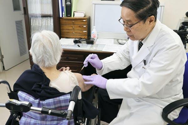 Japonsko začalo s očkováním osob starších 65 let až tento týden.